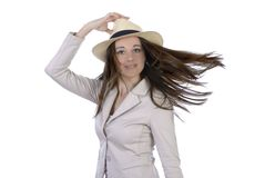 相当有帽子和飞行头发的端庄的妇女 免版税库存照片