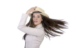 相当有帽子和飞行头发的端庄的妇女 免版税库存图片