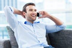 Человек с мобильным телефоном Стоковое Фото