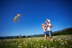 使用与风筝的家庭 免版税图库摄影