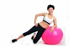 Женщина с шариком фитнеса Стоковые Изображения RF