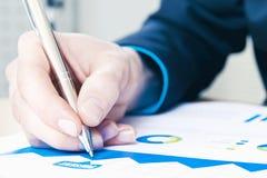 Παραγωγή των σημειώσεων στην έκθεση πωλήσεων Στοκ εικόνα με δικαίωμα ελεύθερης χρήσης
