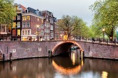 Мост канала в Амстердаме на вечере Стоковая Фотография