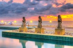 在热带游泳池的日落 图库摄影