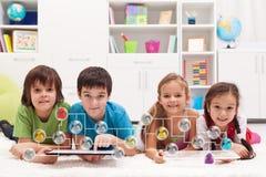 连接到社会网络的愉快的孩子 免版税图库摄影
