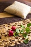 在床上的玫瑰 免版税库存照片