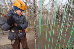 准备对段落的男孩登山人系住路线 免版税库存照片