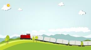 在山背景的火车  免版税图库摄影