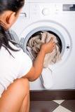 妇女装货洗衣店 免版税库存照片