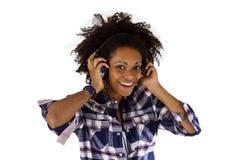 有耳机的年轻美国黑人 免版税库存图片
