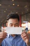 看票的年轻旅客机场 免版税库存照片