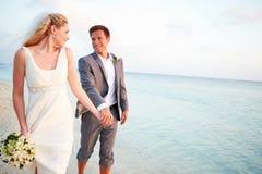 结婚在海滩仪式的新娘和新郎 图库摄影