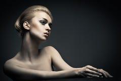 有抽象发型的高档时尚妇女 免版税库存图片
