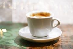 浓咖啡在土气桌上的咖啡杯与太阳 免版税库存图片