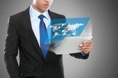 使用片剂个人计算机的商人。概念性图象 免版税库存图片