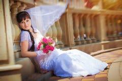 Счастливая невеста около старых столбцов Стоковое Изображение