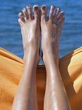 在海滩的桑迪疯狂的妇女脚趾 库存照片