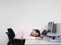 男性办公室工作者睡着在书桌 免版税图库摄影