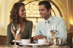 商人计划的日程表在餐馆 免版税库存照片