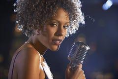 阶段的女性爵士乐歌手 图库摄影