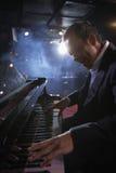 执行在爵士乐俱乐部的钢琴演奏家 免版税库存图片