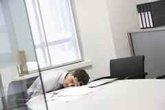 商人睡着在办公桌 免版税图库摄影