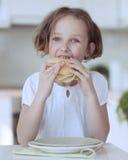 Маленькая девочка есть сандвич сыра Стоковые Фото