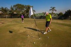 小辈球员高尔夫球实践绿色 库存照片