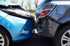 在交通事故介入的两辆汽车 库存照片