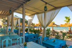 在海滩餐馆的表 免版税库存照片
