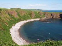 苏格兰海岸,城堡避风港海湾海滩 免版税图库摄影