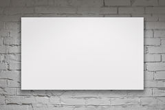 Κενός πίνακας διαφημίσεων πέρα από τον άσπρο τουβλότοιχο Στοκ Εικόνα