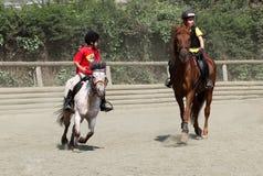 在骑马者的儿童的竞争 库存照片
