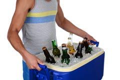 年轻人运载的啤酒致冷机 免版税库存图片