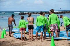 威基基海浪教训 免版税图库摄影