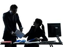 Силуэт конфликта спора пар человека бизнес-леди Стоковое фото RF