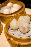 蒸的饺子用虾和猪肉,粤式点心 免版税库存照片