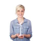 Χαμογελώντας νέος ανεμοστρόβιλος εκμετάλλευσης γυναικών Στοκ Φωτογραφίες