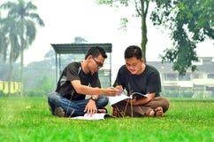 两本年轻学生阅读书 免版税库存图片