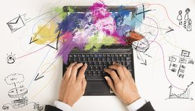 Πολλαπλών καθηκόντων επιχειρηματίας στην εργασία Στοκ εικόνα με δικαίωμα ελεύθερης χρήσης