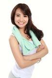 与横渡的胳膊的微笑的愉快的亚洲妇女健身模型 免版税库存照片
