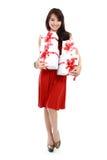 愉快的年轻亚裔妇女带来礼物盒 免版税库存图片