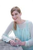 微笑和享受一份新饮料的少妇在  免版税库存图片