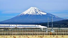 富士和火车 免版税库存照片