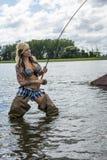 妇女用假蝇钓鱼 免版税库存照片