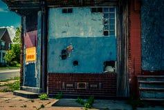 在巴尔的摩街角的被放弃的大厦 库存图片