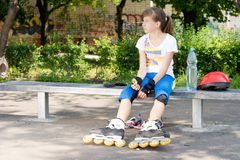 Конькобежец ролика маленькой девочки Стоковая Фотография