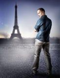 时尚英俊的人在巴黎,法国 免版税库存照片