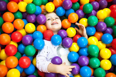 Ένα νέο ξανθό παιδί κοριτσιών που έχει τη διασκέδαση Στοκ φωτογραφία με δικαίωμα ελεύθερης χρήσης