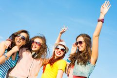 小组青年人佩带的太阳镜和帽子 免版税库存照片
